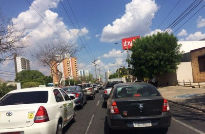 THE: Falta de energia deixa trânsito conturbado na zona leste