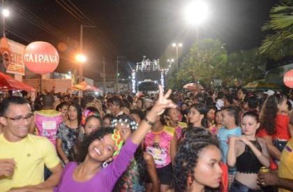 """Bloco """"As Marias"""" arrasta milhares de pessoas no primeiro dia de Carnaval em Caxias"""
