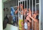 Lotada, presos são algemados em grades da Central de Flagrantes