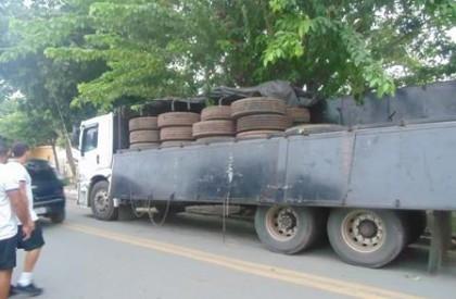 PM apreende dois caminhões com pneus roubados no Maranhão