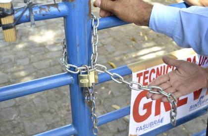 UFPI: Serviços gerais trancam o portão em ato simbólico