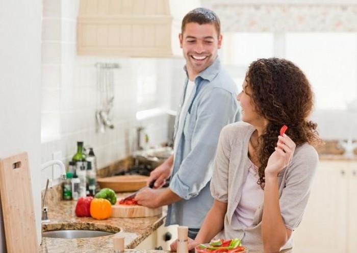 Casais que dividem tarefas de casa fazem mais sexo e melhor