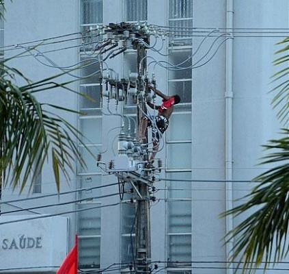 Homem morre eletrocutado durante ato com Dilma;...