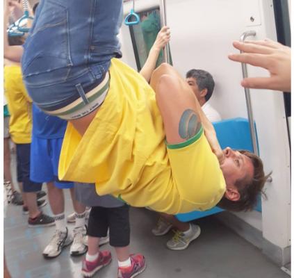 Ator faz abdominal em metrô para protestar...