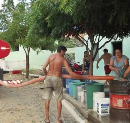 Piauienses compram água com o dinheiro do...