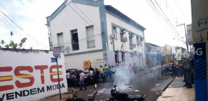 Manifestantes interditam rua em frente a Secretaria de Saúde