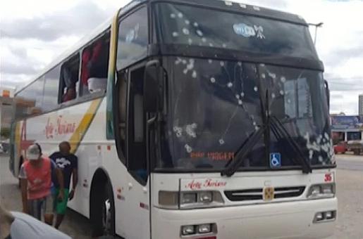 Assaltantes metralham ônibus de turismo de Floriano