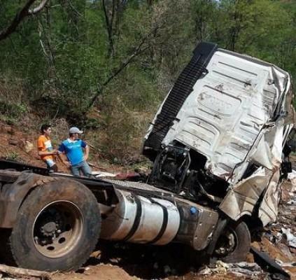 Caminhão capota na BR 316 e carga...