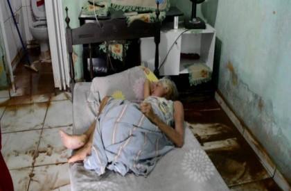 Cadeirante fica ilhada na própria casa após chuva em...