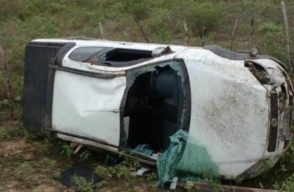 Carro capota na PI-113 e fica completamente destruído