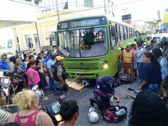 Colisão entre ônibus e moto deixa uma pessoa morta no Centro