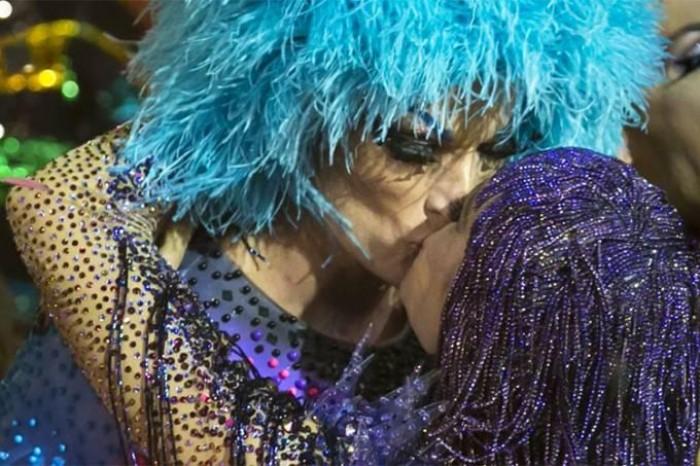 Fernanda Lima beija marido vestido de drag em Amor e Sexo