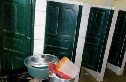 Pais denunciam lanche feito dentro de banheiro em escola