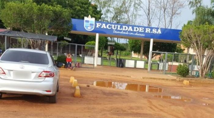 Picos: 'Lagoa' na porta da Faculdade R.Sá prejudica alunos
