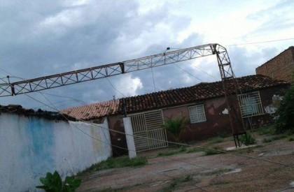 Torre desaba e atinge várias residências em São Julião