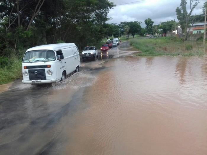 Chuva alaga ruas e prejudica funcionamento do aeroporto