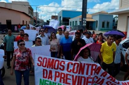 Em Valença, população protesta contra reformas do governo
