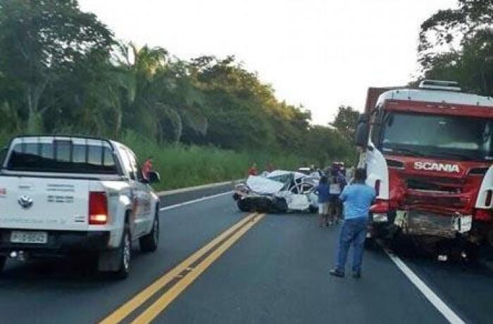 Jovem morre ao colidir carro em carreta na BR-343