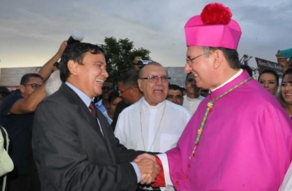 Novo bispo de Oeiras é recibo por autoridades e...