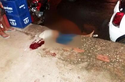 Troca de tiros em trailer mata um e fere...