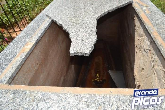 Túmulos de cemitério são depredados por vândalos em Picos