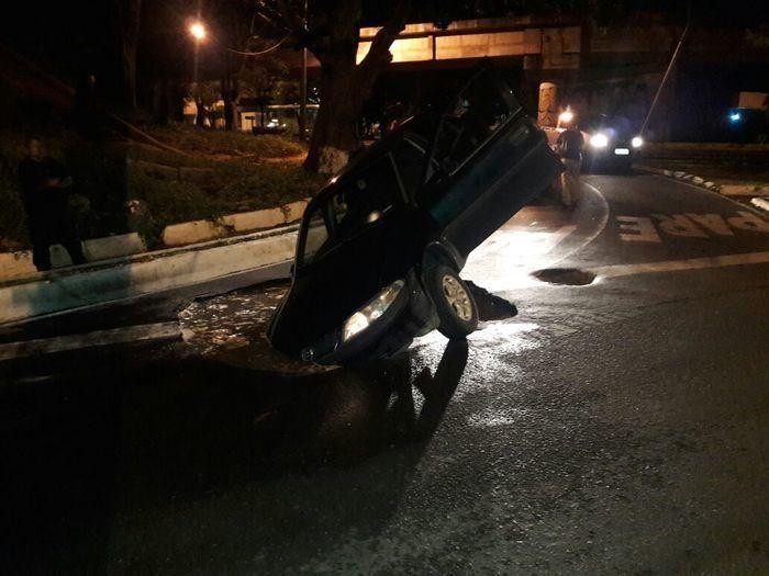 Veículo cai dentro de cratera na Avenida Maranhão