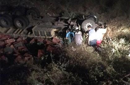 Caminhão capota na BR-407 e motorista é resgatado por...