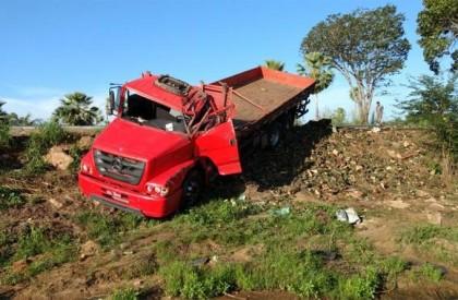 Caminhão carregado de abacaxis tomba em curva na BR-343