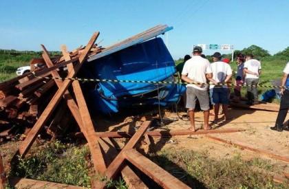 Caminhoneiro morre ao ser esmagado por carga em Parnaíba