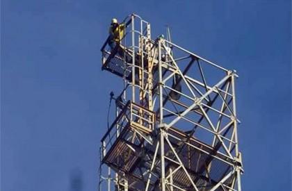 Floriano: Homem sobe em torre e diz que só...