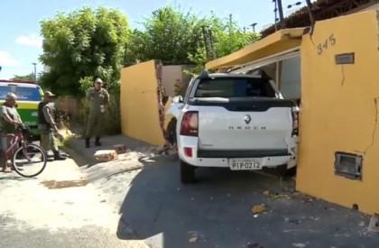 Motorista perde controle e carro invade casa em Teresina