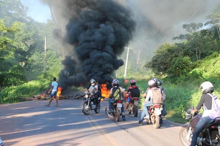 Moradores do povoado Soinho ateiam fogo em protesto