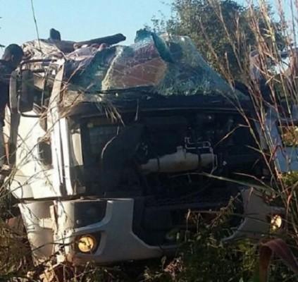 Motorista morre após caminhão tombar na BR-135