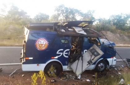 Bandidos explodem carro forte durante assalto no Piauí