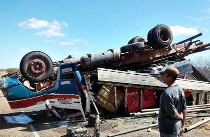 Caminhão capota e PI 457 é parcialmente interditada