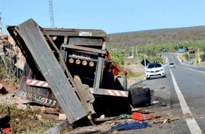 Caminhão colide com D20 e três morrem na BR-407 em Jaicós