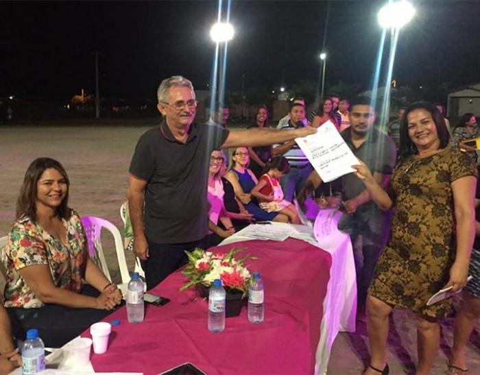 Carlos Monte entrega título de propriedade a moradores de residenciais