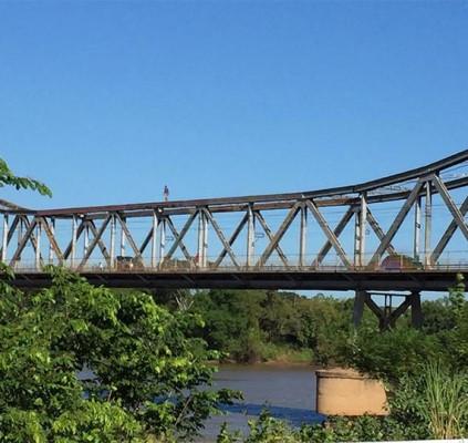 Homem atravessa Ponte Metálica de forma inusitada