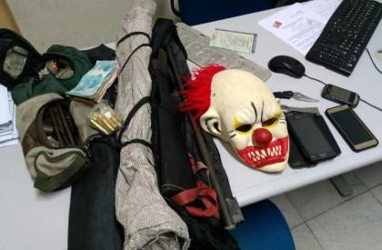 Homem é preso com máscara de palhaço e espingardas