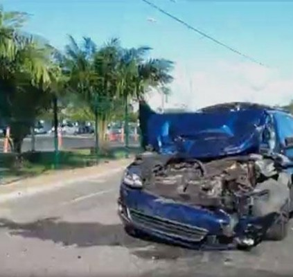 Nove veículos ficam danificados em acidente na...