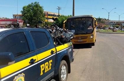 PRF flagra estudantes sendo transportados irregularmente em Picos