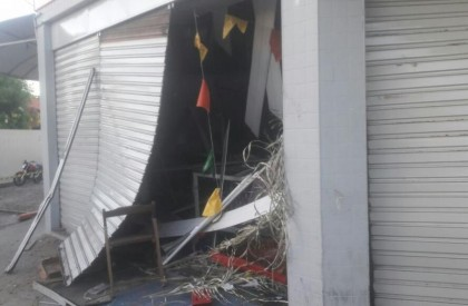 Suspeitos explodem caixa eletrônico em padaria na zona Sudeste