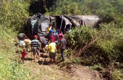 Caminhão do Exército capota e deixa 15 feridos e...