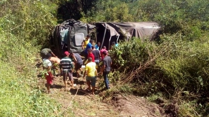 Caminhão do Exército capota e deixa 15 feridos e 1 morto