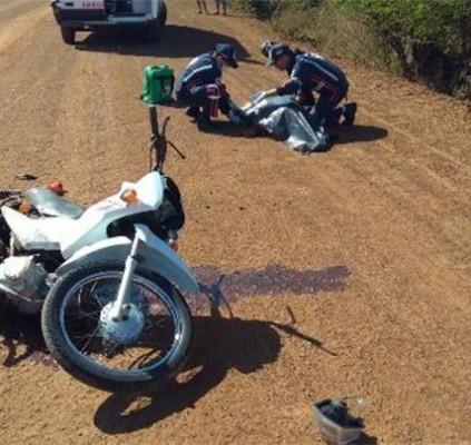 Colisão entre moto e caçamba deixa uma...