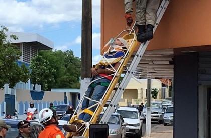 Homem sofre descarga elétrica ao instalar banner