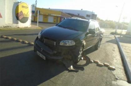 Motorista abandona carro após bater em residência em Floriano