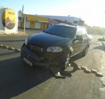 Motorista abandona carro após bater em residência...