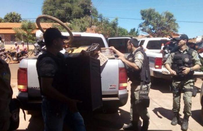 Polícia estoura boca de fumo e recupera veículos roubados
