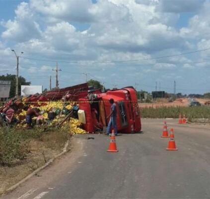 Caminhão tomba e deixa uma pessoa ferida...